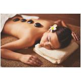massagem relaxante com pedras quentes